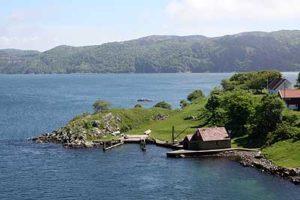 Fjord mit Haus und Bootssteg